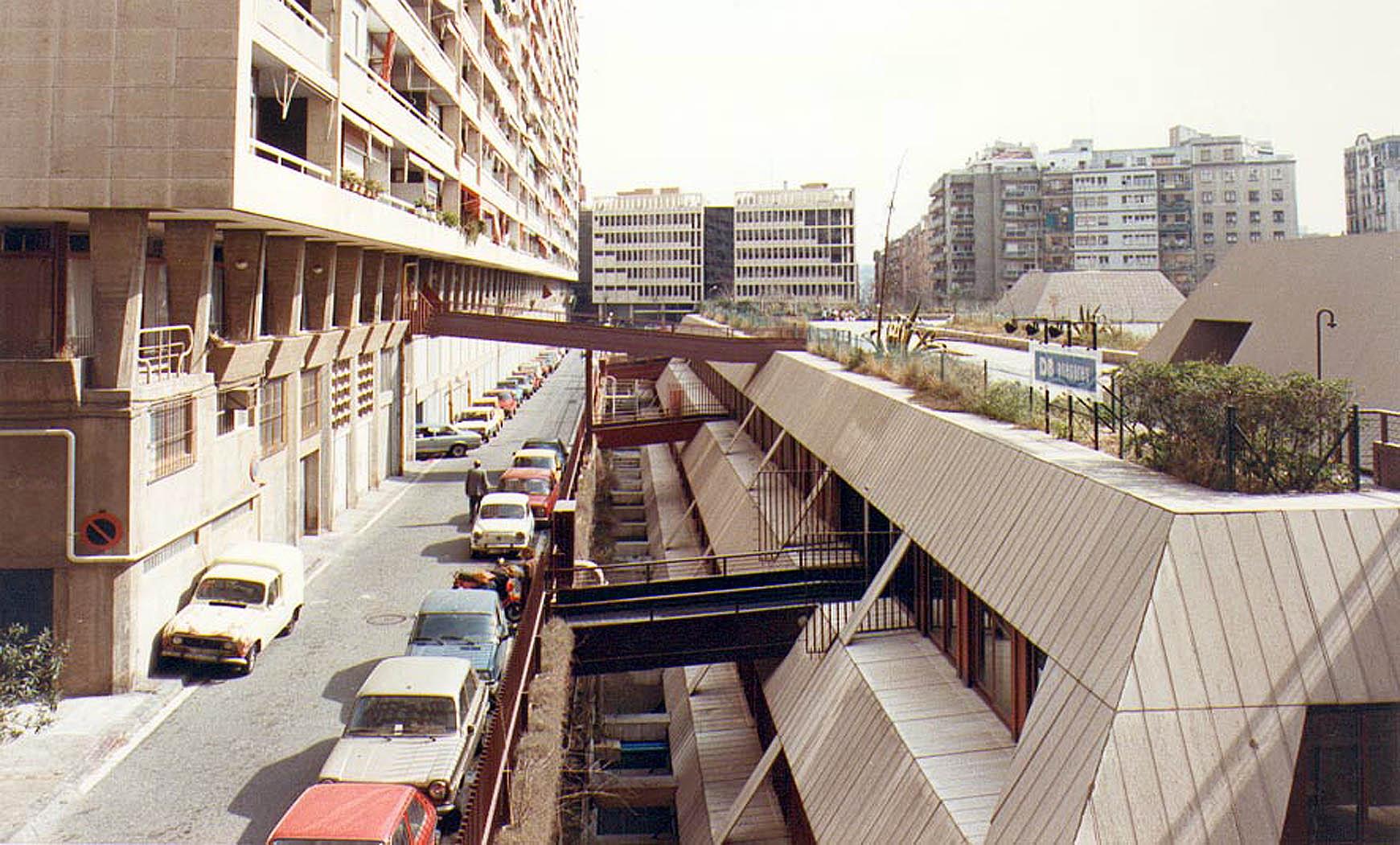 Edificio de comercios y aparcamiento en Les Corts, Barcelona (1975), en colab. con F. Mitjans