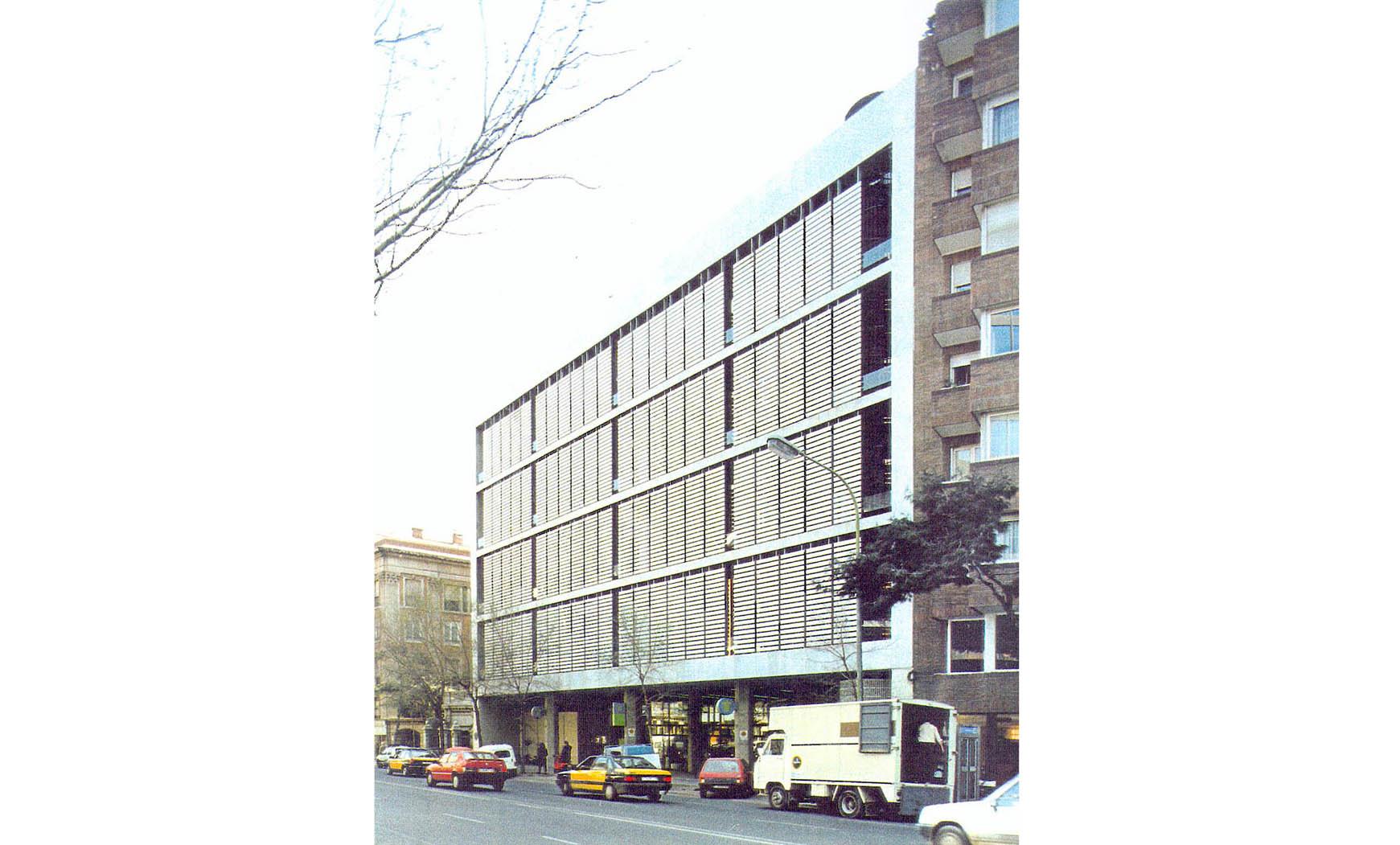 Edificio Central Telefónica Urbana en Vía Augusta, Barcelona (1977), en colab. con Francesc Mitjans